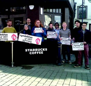 Starbucks language row: Cymdeithas protest at Aber franchise