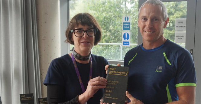 Aber's Pro Vice-Chancellor and Chief Operating Officer, Rebecca Davies : Presenting Sport and Exercise Science Technician, Alan Cole, with the Gold Standard Green Impact Award for IBERS (Carwyn James)