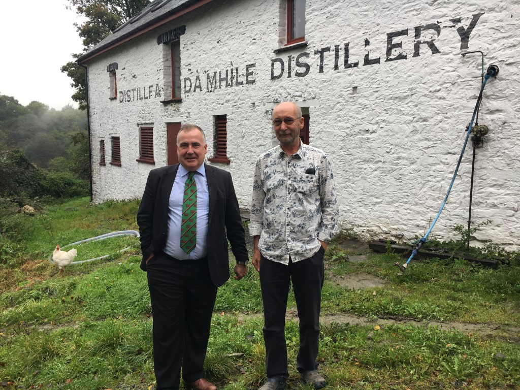 Mark Williams and John Savage-Ontswedder outside Da Mhile distillery.